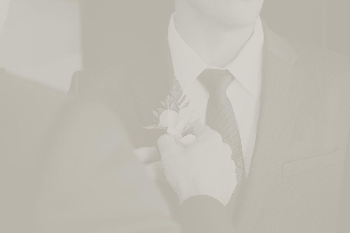 pan młody przygotowuje się do ślubu