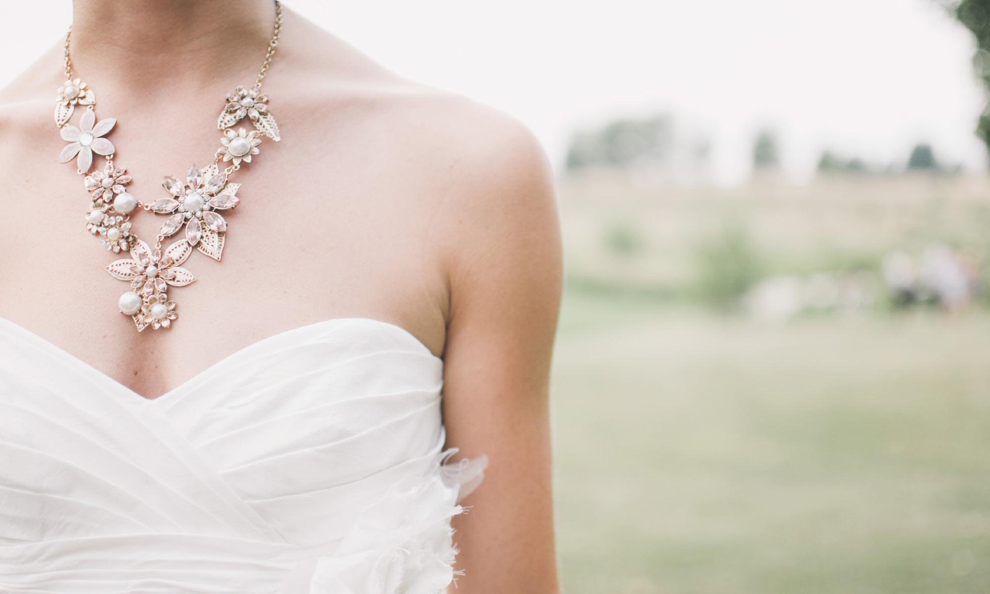Suknia ślubna oraz naszyjnik